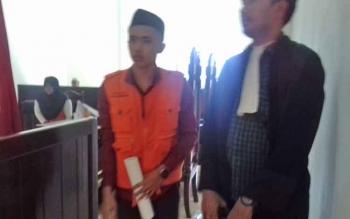 Ahmad Hairun (pakai peci) terdakwa kasus zenith.