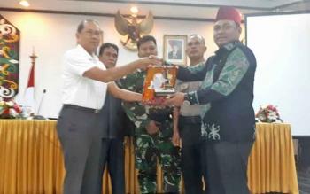 Staf Ahli Bupati Kotim, Arnila menyerahkan cendera mata kepada anggota DRR RI Dapil Kalteng, Rahmat Nasution Hamka, Rabu (9/8/2017)