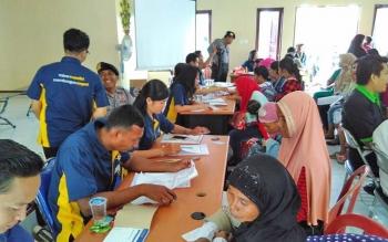 Para peserta penerima bantuan sosial non tunai saat mengikuti proses penyaluran yang digelar di Dinas Sosial Kabupaten Pulang Pisau, Rabu (9/8/2017).