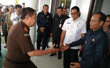 Kajati Kalteng Agus Trihandoko disambut Bupati Arton S Dohong dan Wakilnya Rony Karlos di kantor Bupati Gumas, Rabu (9/8/2017)