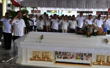 Bupati Kapuas Ir Ben Brahim S Bahat memberikan penghormatan terakhir kepada almarhum Ir Simpun Jaya MT pada saat persemayan jenazah di halaman Dinas PUPRPKP, Selasa (9/8/2017).