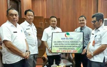 Bupati Marukan di dampingi Wabup dan Sekda, saat menerima CSR secara simbolik dari pimpinan Bank Kalteng Cabang Nanga Bulik, Rabu (9/8/2017).