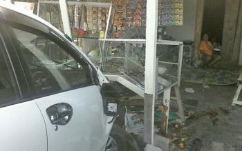 Mobil minibus warna putih menyeruduk warung makan dan melukai empat orang di Jalan Soekarno-Hatta, Kelurahan Kasongan Lama, Kabupaten Katingan, Rabu (9/8/2017).