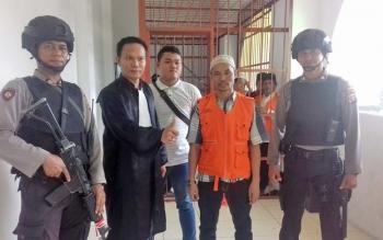Zainudin alias Udin terdakwa cabul (pakai rompi) didampingi aparat kepolisian dan Kasi Pidum Kejari Seruyan Akwan Annas.