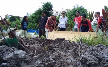 Sejumlah petugas Kamar Jenazah RSUD dr Murjani Sampit saat menguburkan jenazah pria tanpa identitas.