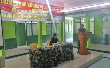 Dandim 1013/Mtw Letkol Inf Adhi GI saat memberikan sambutan pada pertemuan dan silaturahim dengan insan pers Barito Utara, Rabu (9/8/2017).