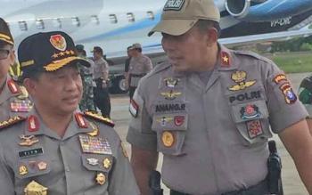 Kapolri Jenderal Tito Karnavian berjalan dengan Kapolda Kalteng Brigadir Jenderal Anang Revandoko saat mendarat di Bandara Tjilik Riwut, Palangka Raya, Rabu (9/8/2017).
