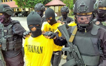 Dua pembakar SDN di Palangka Raya berinisial SRY dan FA alias OG digiring anggota Polda Kalteng seusai pers rilis, beberapa waktu lalu.