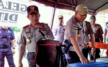 Kapolri Jenderal Tito Karnavian didampingi Kapolda Kalteng Brigjend Pol Anang Revandoko mengecek peralatan Polda Kalteng dalam mengantisipasi karhutla, Rabu (9/8/2017).