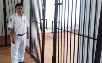 Kepala Ruang Teratai untuk Pasien Kejiwaan Ahmad Yani saat menunjukkan ruang baru untuk pasien kejiwaan