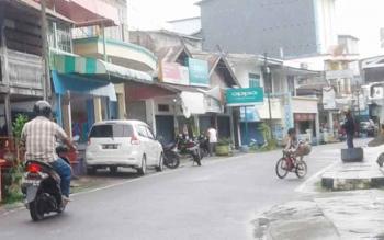 Komplek pertokoan di Jalan Cakra Adiwijaya Kelurahan Mendawai, Kabupaten Sukamara terlihat banyak papan reklame
