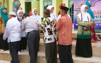 Calon haji saat bersalaman dengan tamu undangan seusai dilepas menuju emberkasi antara Palangka Raya