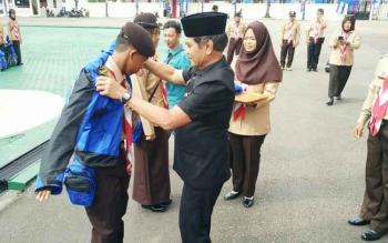 Wakil Bupati Barito Utara, Drs Ompie Herby memakaikan jaket kepada perwakilan peserta yang akan mengikuti Raimuna Nasional XI di Cibubur, Jakarta Timur