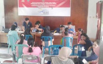 Dinsos PMDPP-PA Sukamara saat menyalurkan PKH di Kantor Kelurahan Padang.