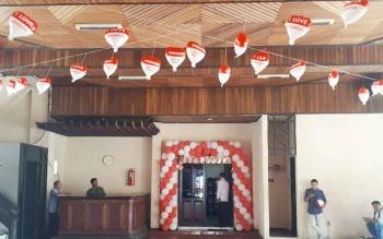 Pemandangan di depan ruang kerja Bupati Kotim, Supian Hadi, didekorasi dengan nuasa merah putih menggunakan balon