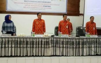 Wabup Gumas Rony Karlos (dua dari kiri) menyempatkan foto bersama dengan peserta kegiatan multi stakeholder forum program kesehatan dan gizi berbasis masyarakat untuk menurunkan stanting melalui kampanye gizi nasional. Kegiatan tersebut dilaksanakan di a