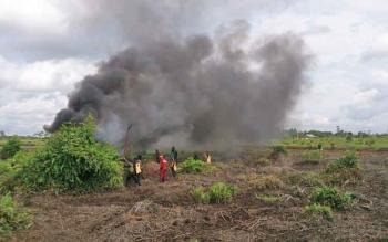 Suasana penanganan kebakaran hutan dan lahan gambut yang merupakan bagian dari simulasi yang digelar usai apel siaga bencana Karhutla, Kamis )10/8/2017)