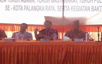 Anggota KPU RI, Pramono Ubaid Thantowi (tengah) mengadakan acara sosialisasi pemilihan walikota dan wakil walikota di kantor KPU Kota Palangka Raya, Rabu (9/8/2017)