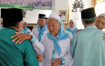 Kkakek Abdullah Mahfudz (tengah), Jamaah Calon Haji dengan usia terlua dari Lamandau, saat mengikuti prosesi pelepasan JCH asal Lamandau, Kamis (10/8/2017)