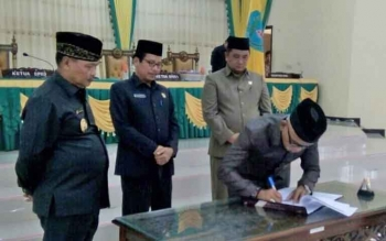 Ketua DPRD Lamandau, H. Tommy Hermal Ibrahim, saat menandatangani persetujuan Ranperda APBD-Perubahan TA 2017 menjadi Perda dalam sidang paripurna di Gedung DPRD Lamandau, Kamis (10/8/2017)