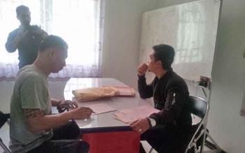 Budi Hartono alias Budi alias Sim Sip Chi tersangka kasus sabu saat diperiksa jaksa.