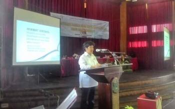 Kepala Bidang SDM Kepariwisataan Kementrian Pariwisata RI Dra Yuli,MT memberikan sambutan pada saat pelatihan SDM Kepariwisataan kepada Masyarakat Kapuas di Gedung Pertemuan Umum Mangatang Tarung, Kamis (10/8/2017).