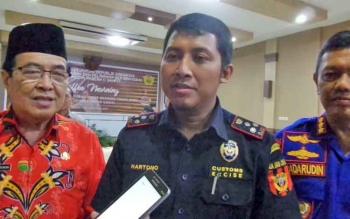 Kepala KPPBC Tipe Madya Pabean C Hartono bersama Wakil Bupati Kotim Taufiq Mukri batik merah dan Dirpolair Polda Kalteng Kombespol Badarudin.