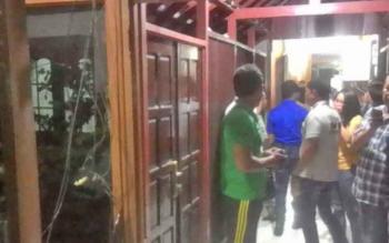 BD seorang oknum anggota Dewan Perwakilan Daerah (DPRD) Kabupaten Kapuas nekat menyerang dan melakukan perusakan rumah jabatan (Rujab) Bupati Kapuas, Rabu (9/8/2017) malam sekitar pukul 21.15 Wib.