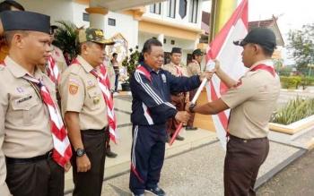 Asisten III Setda Mura Pajarudinnoor mewakili Bupati Murung Raya Perdie M Yoseph menyerahkan bendera kontingen kepada anggota Pramuka yang mengikuti Raimuna Nasional yang dilaksanakan di Halaman Kantor Bupati, Jumat (11/8/2017) pagi.