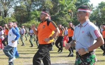 Danrem 102 Panju Panjung Kolonel Arm M Naudi Nurdika bersama Kapolda Kalteng Brigadir Jenderal Anang Revandoko melakukan senam pagi bersama, Jumat (11/8/2017)