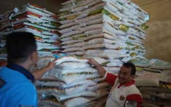 Kepala Disperindag Kota Palangka Raya, Aratuni D Djaban saat mengecek ketersediaan beras di Pasaran Besar