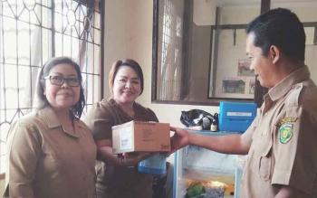 Kasi Keswan, Dinas Ketahanan Pangan dan Pertanian Kota Palangka Raya, drh Eko Hari Yuwono menyerahkan vaksin rabies kepada petugas lapangan