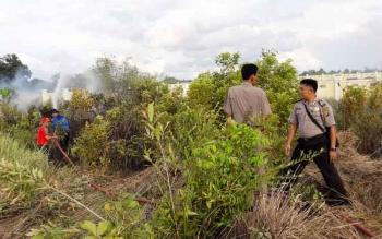 Prosesi pemadaman kebakaran lahan.