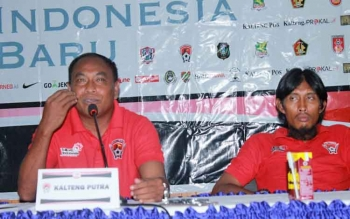 Pelatih Kepala Kalteng Putra, Kas Hartadi (kiri) didampingi Asisten Pelatih, Budi Sudarsono memberikan keterangan kepada wartawan dalam konferensi pers di Hotel Dandang Tingang, Palangka Raya, Jumat (11/8/2017).