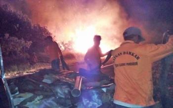 Sejumlah tim gabungan Kecamatan Teluk Sampit memadamkan api yang membakar lahan di Jl HM Arsyad Km 85, Kamis (10/8/2017) malam.