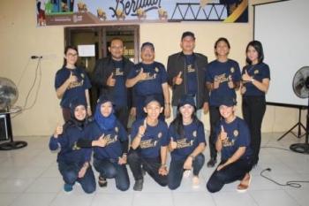 Kepala Kantor Pelayanan Penyuluhan dan Konsultasi Perpajakan Buntok, Kabupaten Barito Selatan, Muhammad Rafie saat bersama siswa, guru, dan kepala SMAN 1 Dusun Selatan, Jumat (11/8/2017).