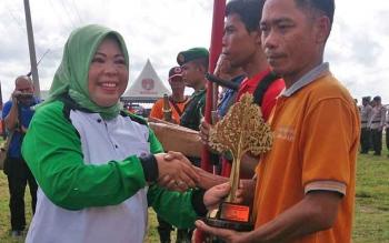 Bupati Kobar Hj. Nurhidayah meminta agar masyarakat tidak membabat hutan yang berada di bibir sungai.
