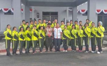 Kepala Bank Kalteng Cabang Kuala Kurun Empas S Umar (baju putih) saat bersama peserta Raimuna Nasional di depan kantor Bank Kalteng Cabang Kuala Kurun, Jumat (11/8/2017).
