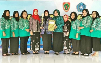 Ketua TP PKK Barito Utara Sri Hidayati Nadalsyah saat menerima penghargaan lomba masak serba ikan tingkat Provinsi Kalimantan Tengah, beberapa waktu lalu.
