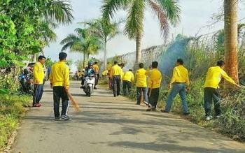 Sejumlah ASN di lingkungan Pemerintah Kabupaten Barito Utara membersihkan lingkungan di Jalan Taman Rekreasi Remaja Muara Teweh, Jumat (11/8/2017).