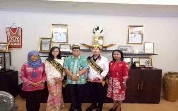 Kepala Dinas Kebudayaan dan Pariwisata Provinsi Kalimantan Tengah, Guntur Talajan foto bersama dengan Adytia Anugerah dan Niti yang akan mengikuti Pemilihan Duta Bahasa di Jakarta