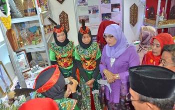 Istri Menteri Agama (Menag) RI, Ny Trisna Willy Lukman Hakim Saifudin saat mendengarkan penjelasan siswi MAN Kota Palangka Raya.
