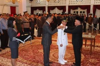 Prosesi pengambilan sumpah dan janji jabatan serta pelantikan Sakarias menjadi bupati Katingan di Istana Isen Mulang, Palangka Raya, Jumat (11/8/2017) malam.