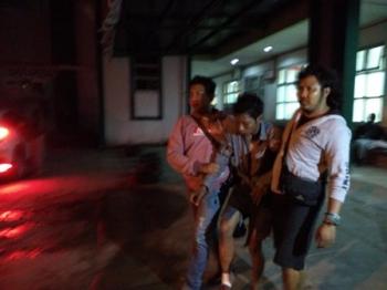 Anggota Resmob Polres Kotawaringin Timur menggiring tersangka pencurian, Muhammad Ryan alias Dika (tengah), untuk menjalani pemeriksaan, Kamis (10/8/2017) malam.