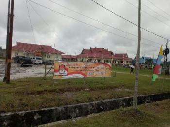 Spanduk di depan kantor KPU Gunung Mas menginformasikan pelaksanaan pilkada 2018.