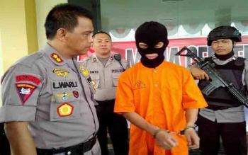 Kapolres Palangka Raya AKBP Lili Warli mengintrogasi pelaku pembunuhan Jefri alias Jeje, Minggu (13/8/2017)