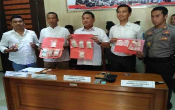 Kapolres Kotim AKBP Muchtar Supiandi Siregar bersama jajarannya memperlihatkan barang bukti sabu hasil tangkapan dari empat tersangka