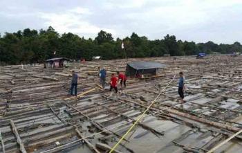 Aparat Polda Kalteng dan Polres Barito Selatan menghitung jumlah kayu log yang ditarik kapal tugboad, Minggu (13/8/2017)