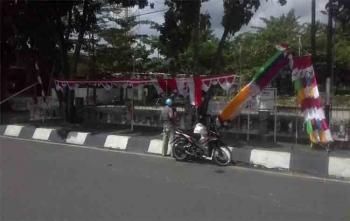 Risky, pedagang bendera sedang berdagang umbul-umbul di Jalan Tambun Bungai, Kapuas