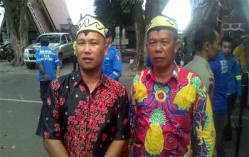 Kabid Pertamanan dan Kebersihan PUPRPKP Kapuas, Ahmad Isnaini bersama rekannya